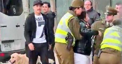 Alexis Sanchez beschützt Fan vor der Security
