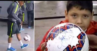Video: Neymar schießt kleinem Fan den Ball ins Gesicht - und entschuldigt sich ehrenhaft...