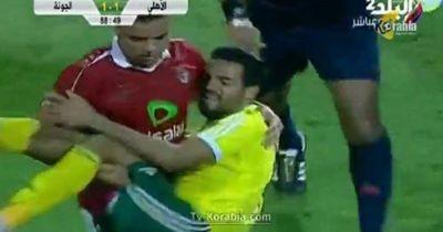 Video: Ein ägyptischer Fußballprofi trägt einen verletzten Gegenspieler vom Platz