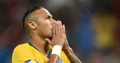 Neymar lässt sich Tattoo von seiner Schwester stechen.