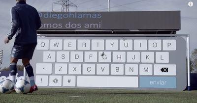 VIDEO |  Sergio Aguero antwortet einem Fan mit Schüssen auf eine torwand-große Tastatur!