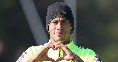 So werden Träume wahr: Kleines Mädchen berührt das Herz von Neymar