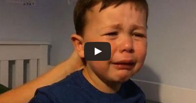 Junge bricht wegen Spielertransfer in Tränen aus