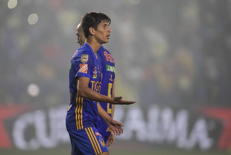 Ganz knapp muss sich der mexikanische Fußball Spieler geschlagen geben.