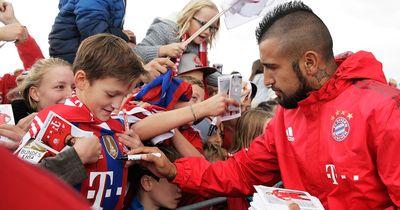 """Skandal-Autogramm! Vidal unterschreibt Trikot mit: """"Für das Arschloch, das ..."""""""
