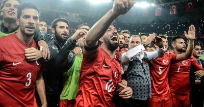 Arda Turan heizt türkische Siegesfeier so richtig an!