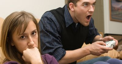 Fünf Dinge an denen du erkennen kannst, ob dir deine Freundin wichtiger ist als dein Verein!