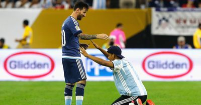So geht Lionel Messi mit einem Flitzer um!