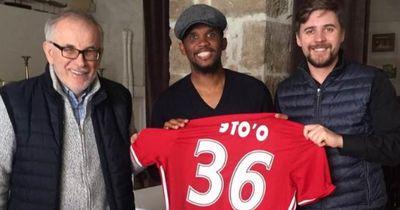 Zeigt sich Samuel Eto'o hier im Trikot von seinem neuem Klub?