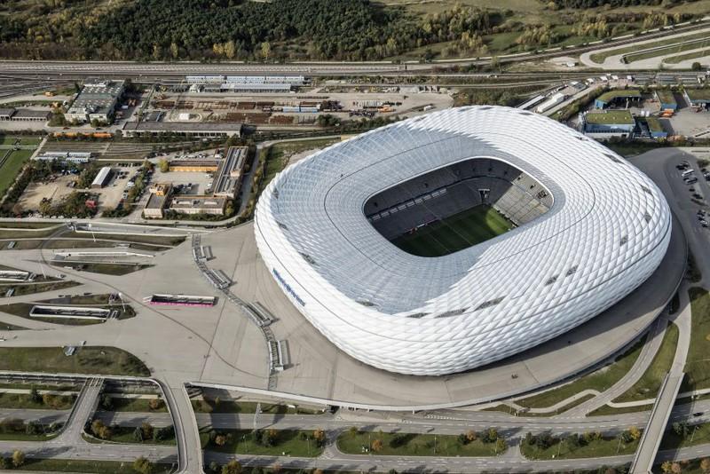 Ein Bild des markanten Stadions, das man schon aus weiter Entfernung erkennen kann