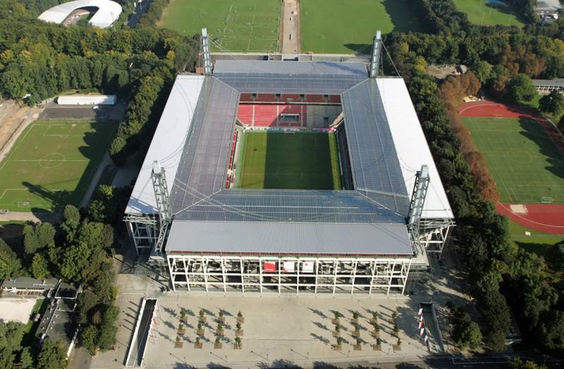 Ein Foto eines Stadions der Bundesliga, bei dem am Seitenrand oft eine Zeige steht