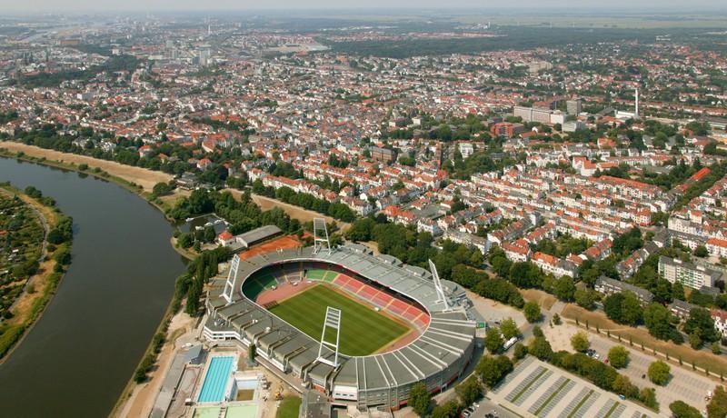 Eine Arena in der Bundesliga, die eine Kapazität von 42.000 Plätze hat