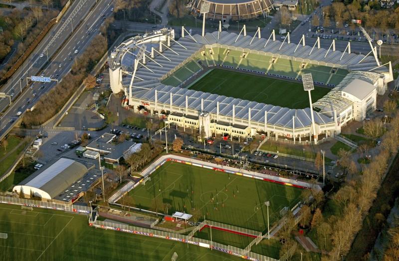 Eine Arena von oben, die in der Bundesliga ebenso vertreten ist und ein großes Stadiondach aufweist