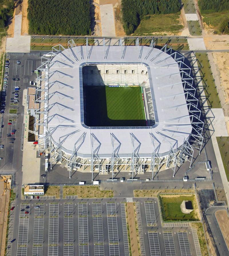 Man sieht ein Stadion, das während der Bundesliga 54.018 Zuschauer Kapazitäten umfasst