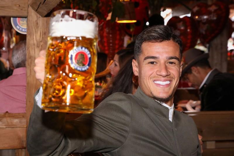 Der Topverdiener der Bayern, Philippe Coutinho, freut sich über sein Bier