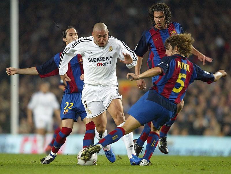 Ronaldo umzingelt von Spielern des FC Barcelona
