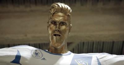 David Beckham wurde mit einer furchtbaren Statue geprankt und reagiert mit dem lustigsten Spruch