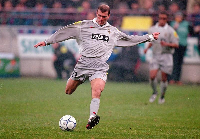 Dieses Bild zeigt Fußballlegende Zinédine Zidane.