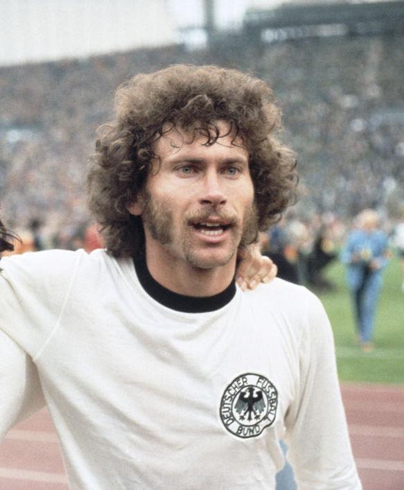 Dieses Bild zeigt die deutsche Fußball-Legende Paul Breitner.