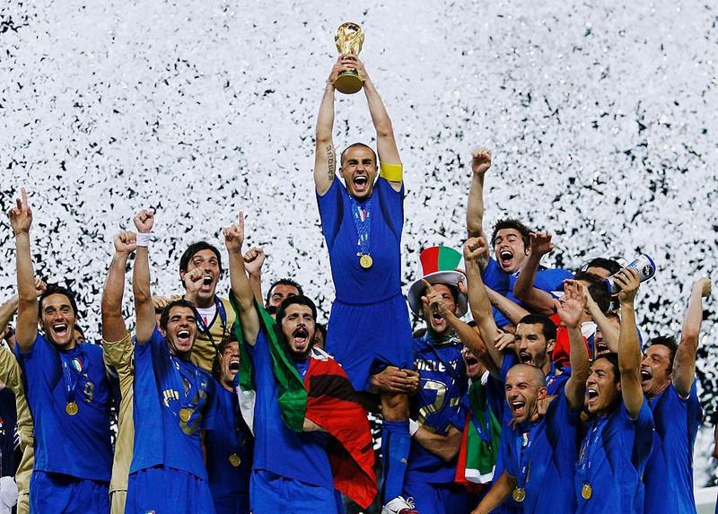 Italiens Nationalmannschaft hebt den Pokal in den Nachthimmel