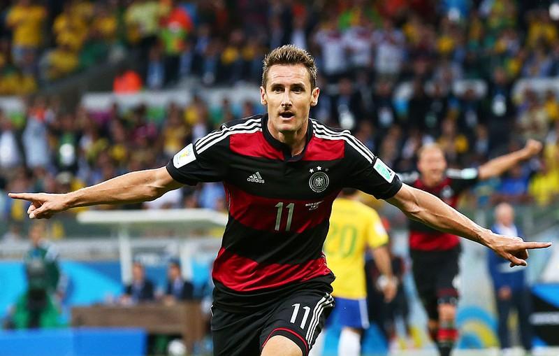 Der deutsche Fußballer Miroslav Klose freut sich über seinen WM-Treffer