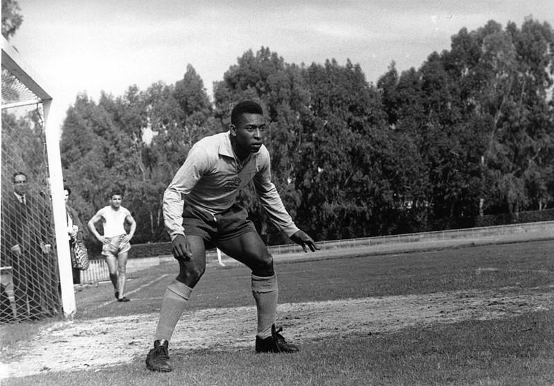 Pelé versucht, den Ball zu bekommen und ein Tor zu schießen