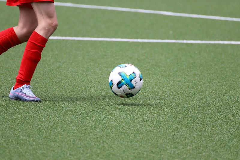 Amateur-Fußballer, der auf einem Kunstrasen spielt.