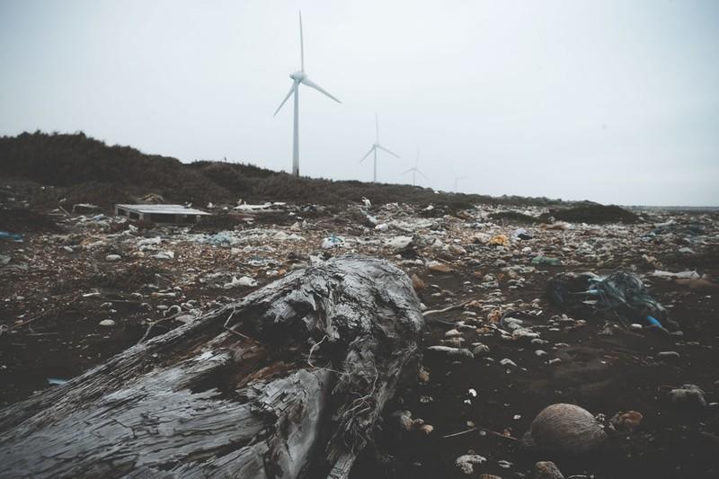 Landschaft, die voller Plastikmüll ist