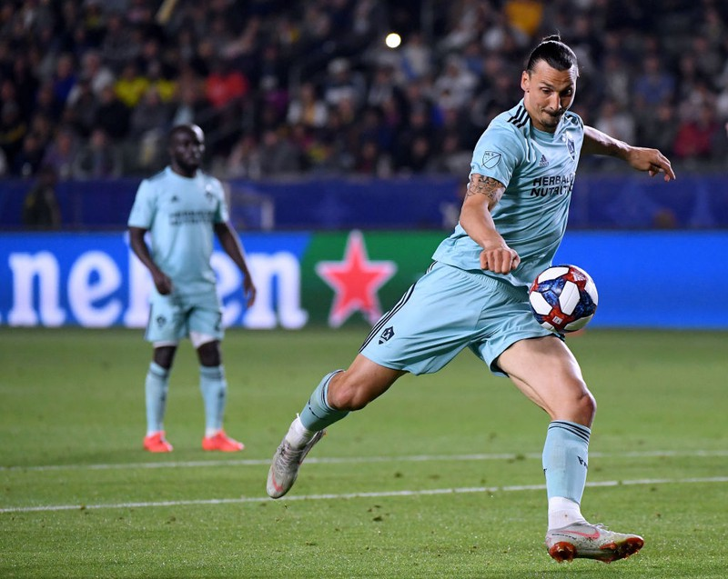 LA Galaxy Kicker Ibrahimovic spielt den Ball