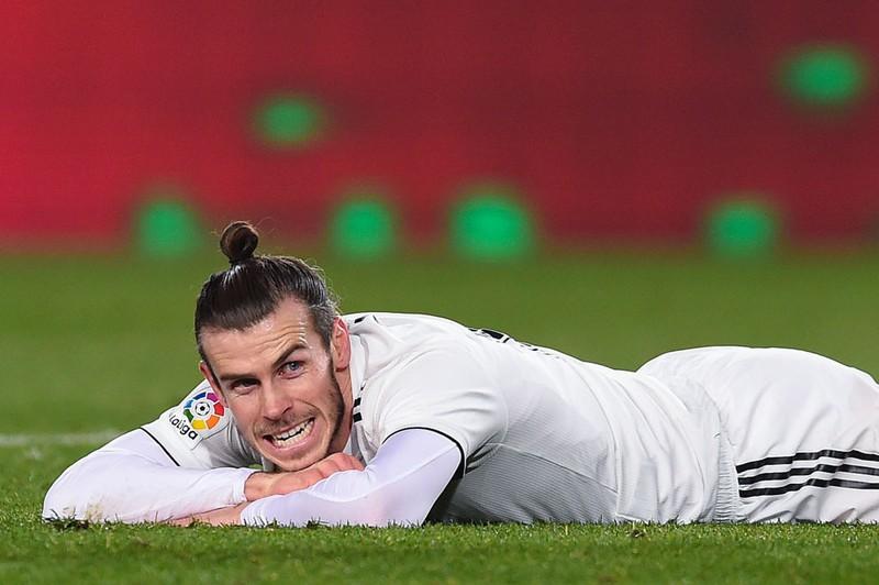 Fußballer Gareth Bale liegt auf dem Feld