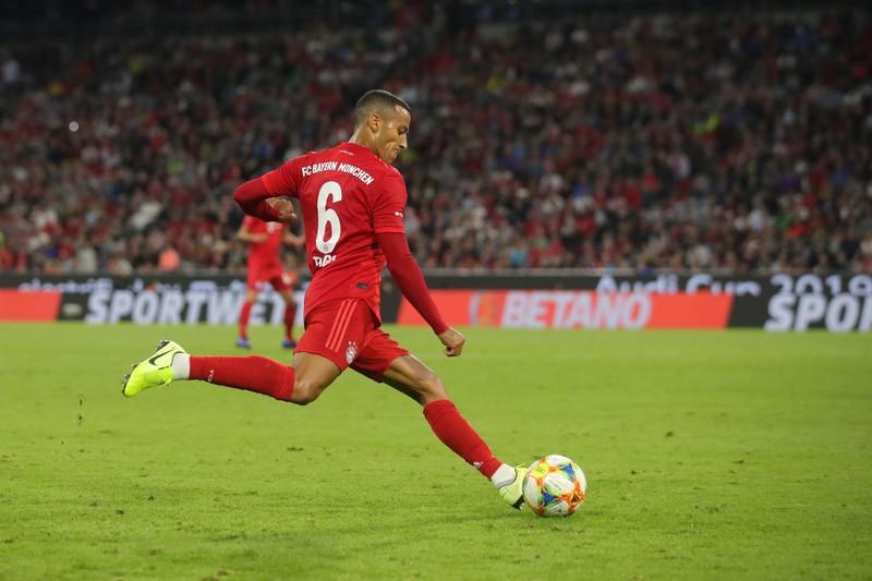 Bayern-Spieler Alcantara schießt den Ball