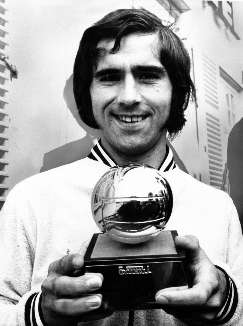 10 deutsche Fußballlegenden, die heute noch jeder kennt: Gerd Müller 1970 mit einem Pokal