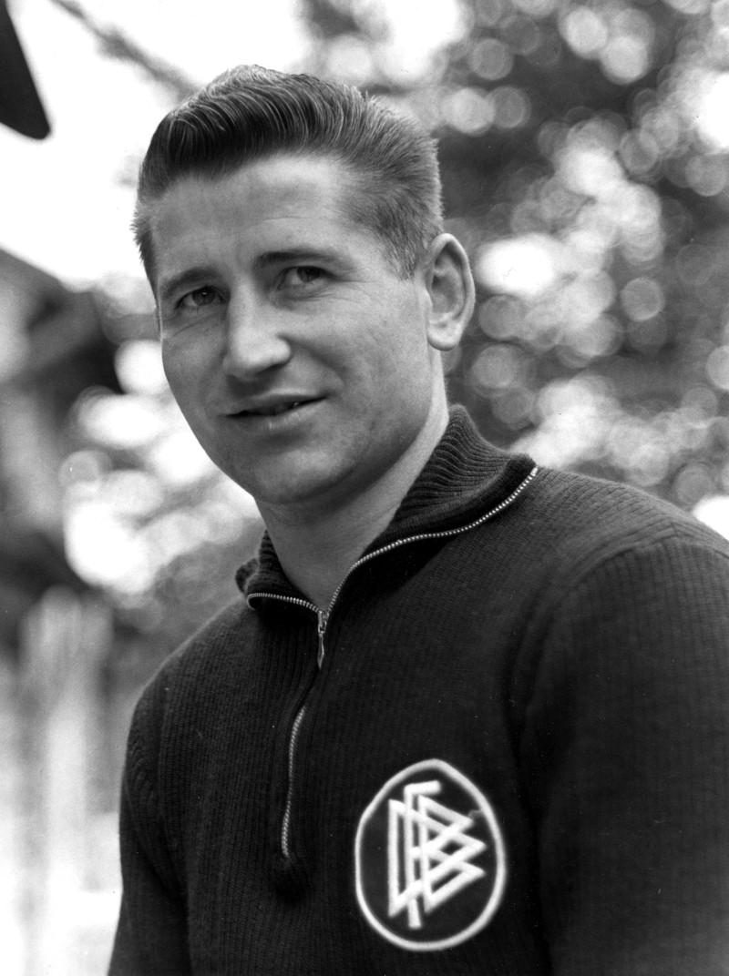 10 deutsche Fußballlegenden, die heute noch jeder kennt: Helmut Rahn posiert für ein Porträt im Nationaltrikot