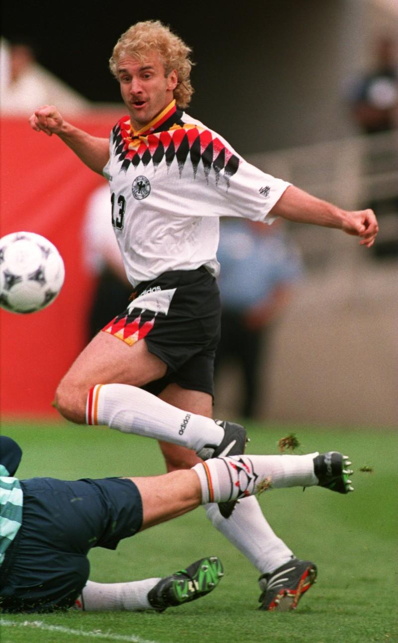 10 deutsche Fußballlegenden, die heute noch jeder kennt: Rudi Völler bei einem Foul gegen ihn