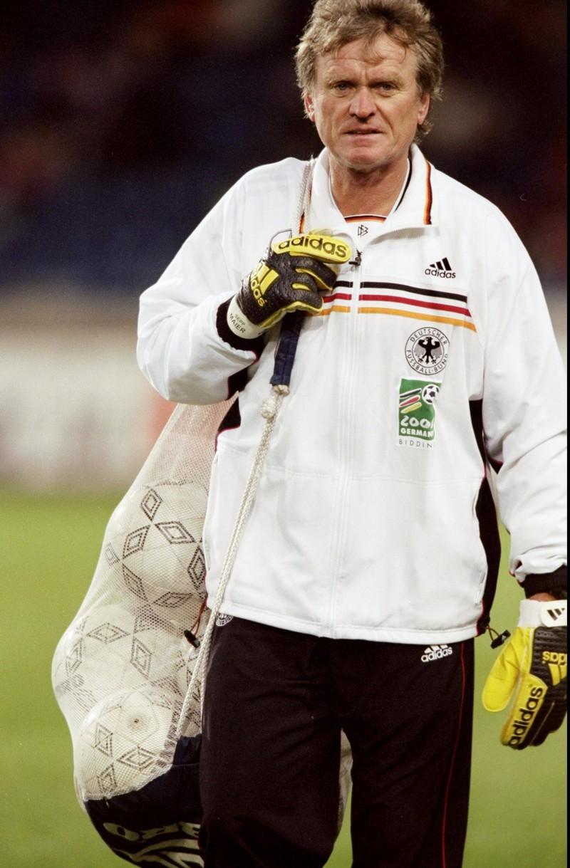 10 deutsche Fußballlegenden, die heute noch jeder kennt: Sepp Maier trägt Bälle