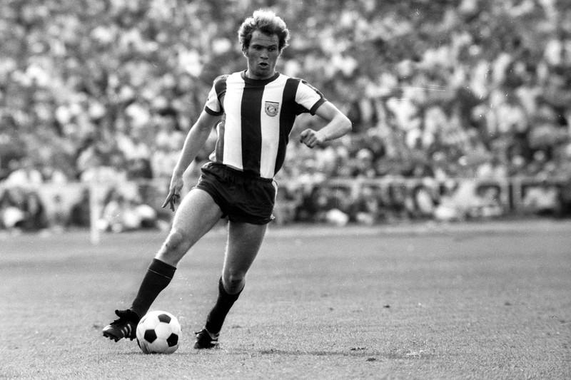 10 deutsche Fußballlegenden, die heute noch jeder kennt: Uli Hoeneß bei einem Spiel für den FC Bayern München 1971