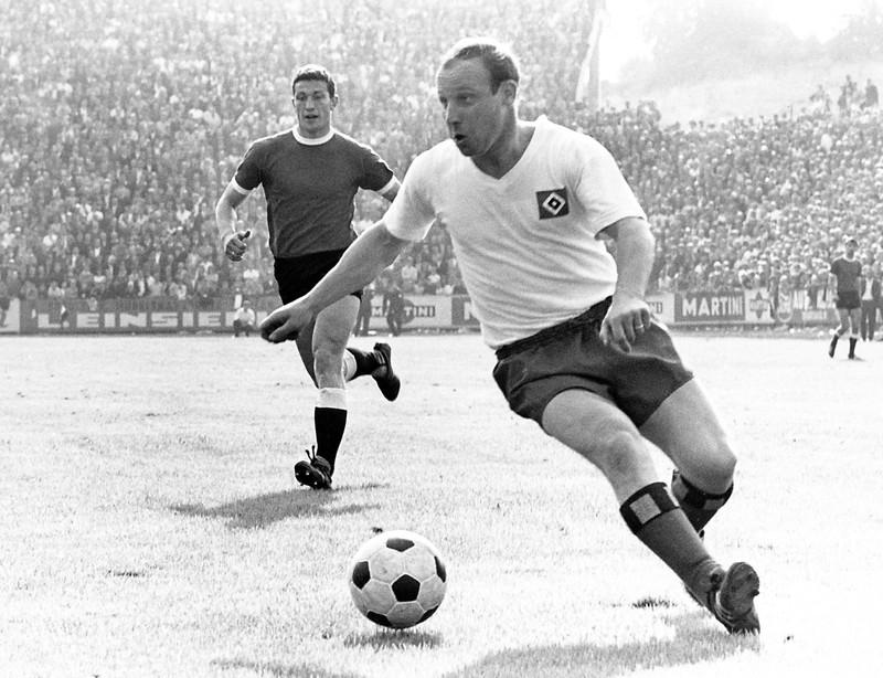10 deutsche Fußballlegenden, die heute noch jeder kennt: Uwe Seeler am Ball, 1965