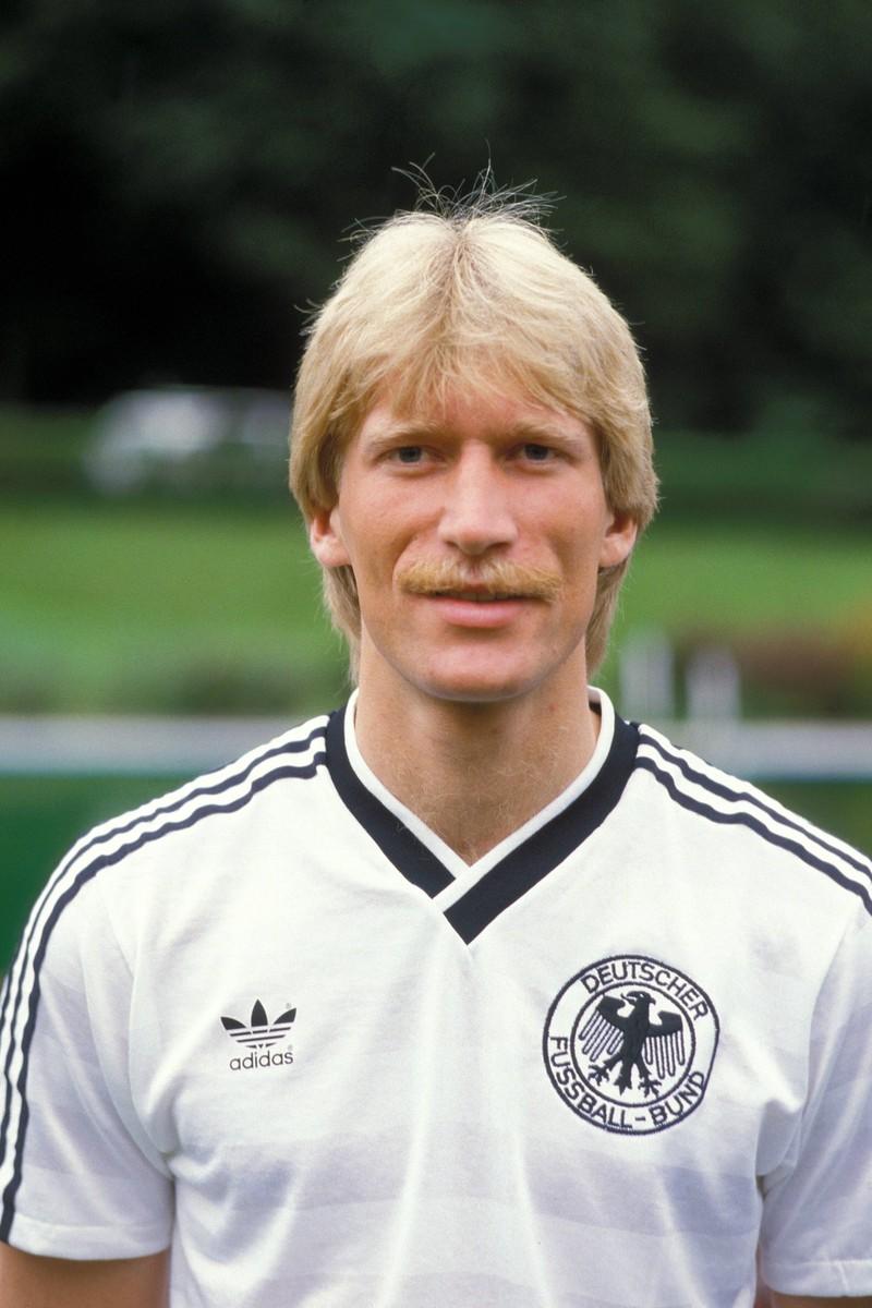 Uwe Rahn ist ehemaliger Fußballspieler, der auch für Deutschland spielte.