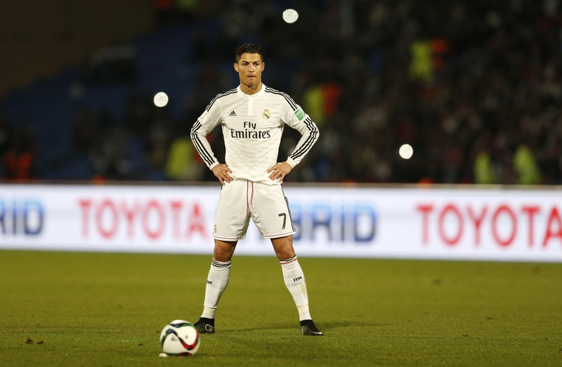Hier steht Christiano Ronaldo in seiner bekannten Pose kurz vor der Ausführung eines Freistoßes