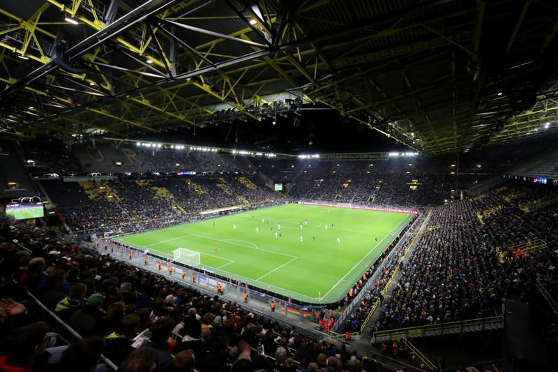 Man sieht den Signal Iduna Park der das größte Stadion in der Bundesliga ist