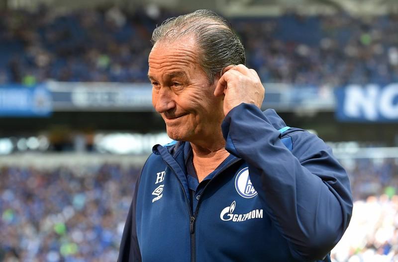 Man sieht Huub Stevens, ein Schalke Trainer, der auch mal entlassen wurde