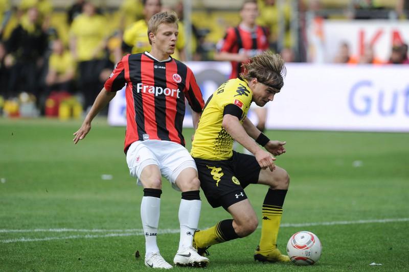 Man sieht Marcel Titsch-Rivero, der die Notbremse zieht und die Rote Karte in der Bundesliga erhält