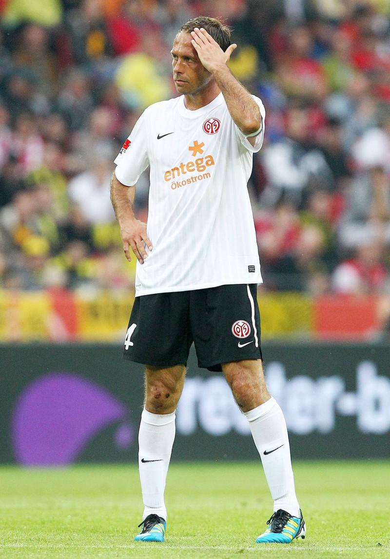 Man sieht Nikolče Noveski, und dass er in der Bundesliga sechs Eigentore geschossen hat
