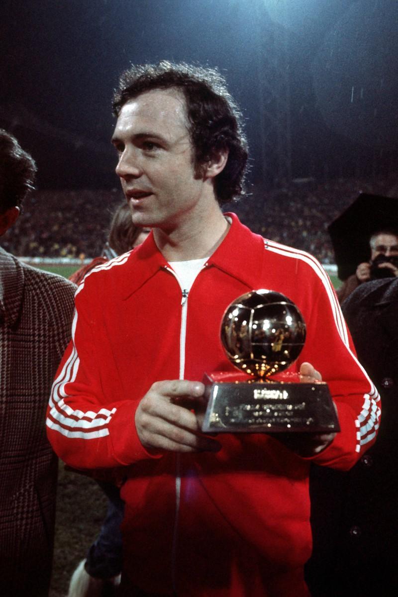 Man sieht Franz Beckenbauer, der schon vier mal die Auszeichnung zum Fußballer des Jahres in der Bundesliga ergattern konnte