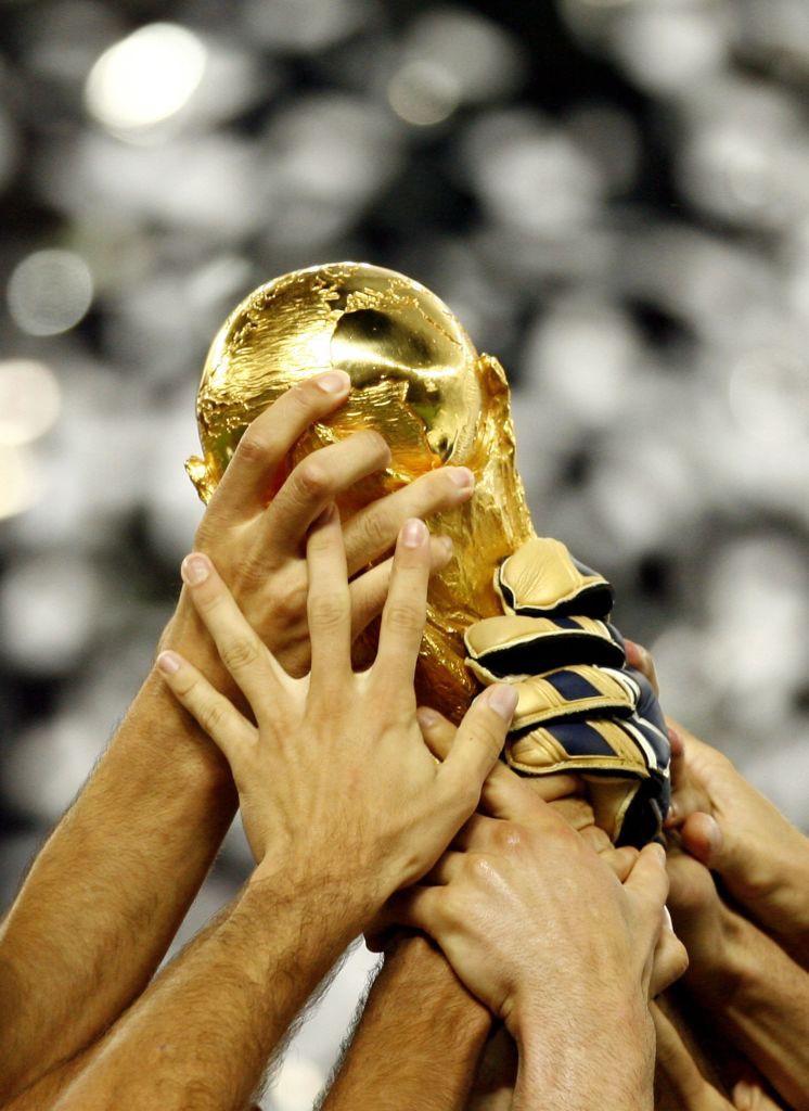 Man sieht den Weltmeisterpokal, der zeigt ,wer schon Weltmeister wurde
