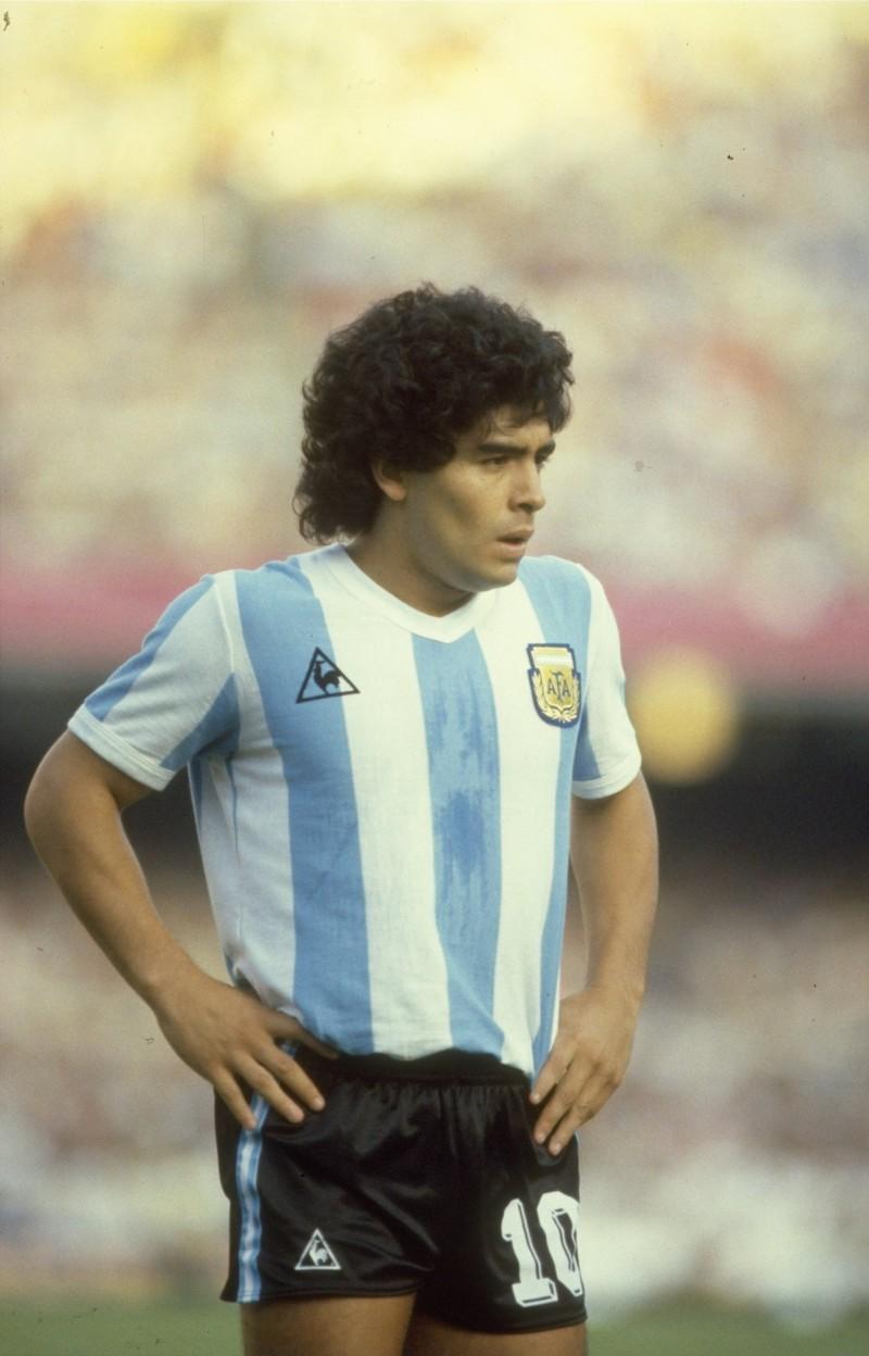 Man sieht Diego Maradona, der als jüngster Spieler der Welt mit 16 Jahren auflief