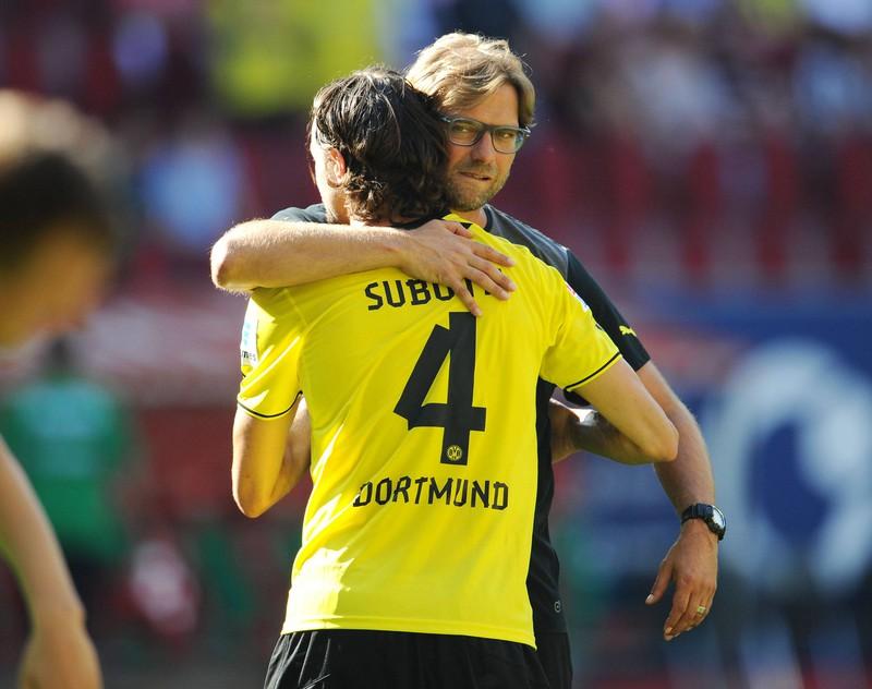 Jürgen Klopp & Neven Subotic umarmen sich, weil der Trainer und sein Lieblingsspieler eine lange gemeinsame Zeit zusammen verbrachten