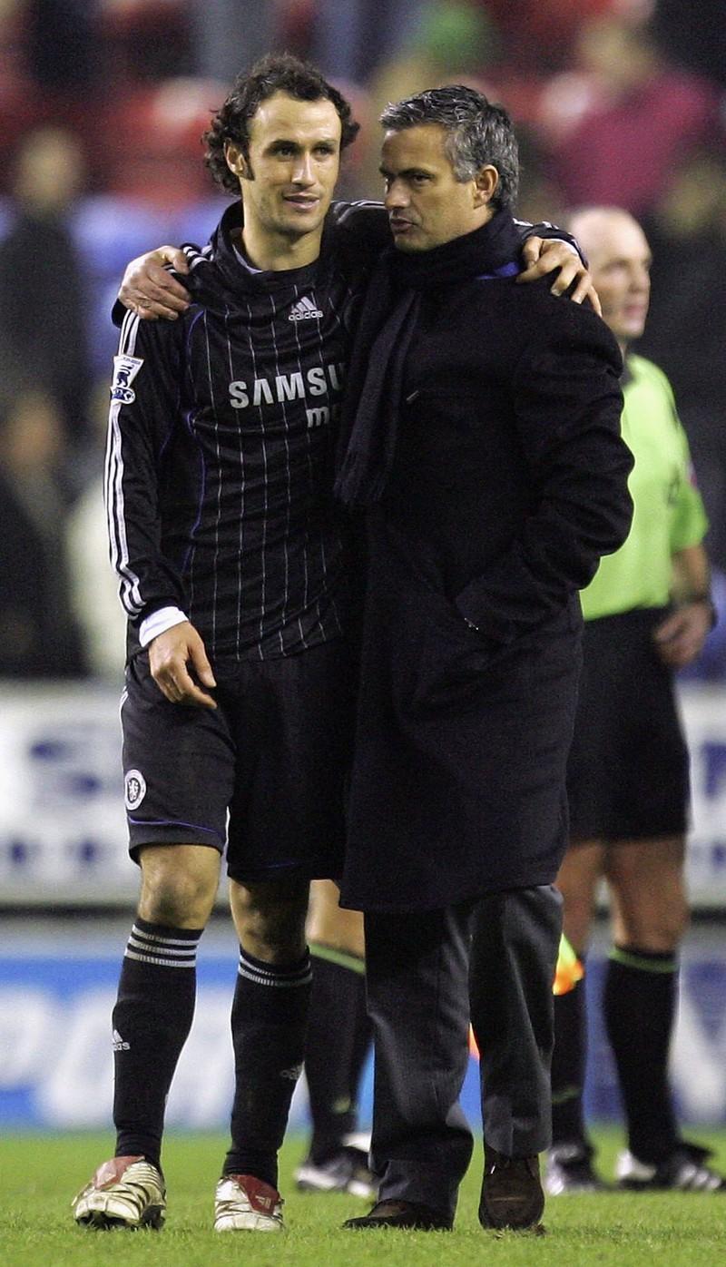 Man erkennt José Mourinho als Trainer beim FC Chealsea und seinen Lieblingsspieler Ricardo Carvalho, der mit ihm zusammen wechselte