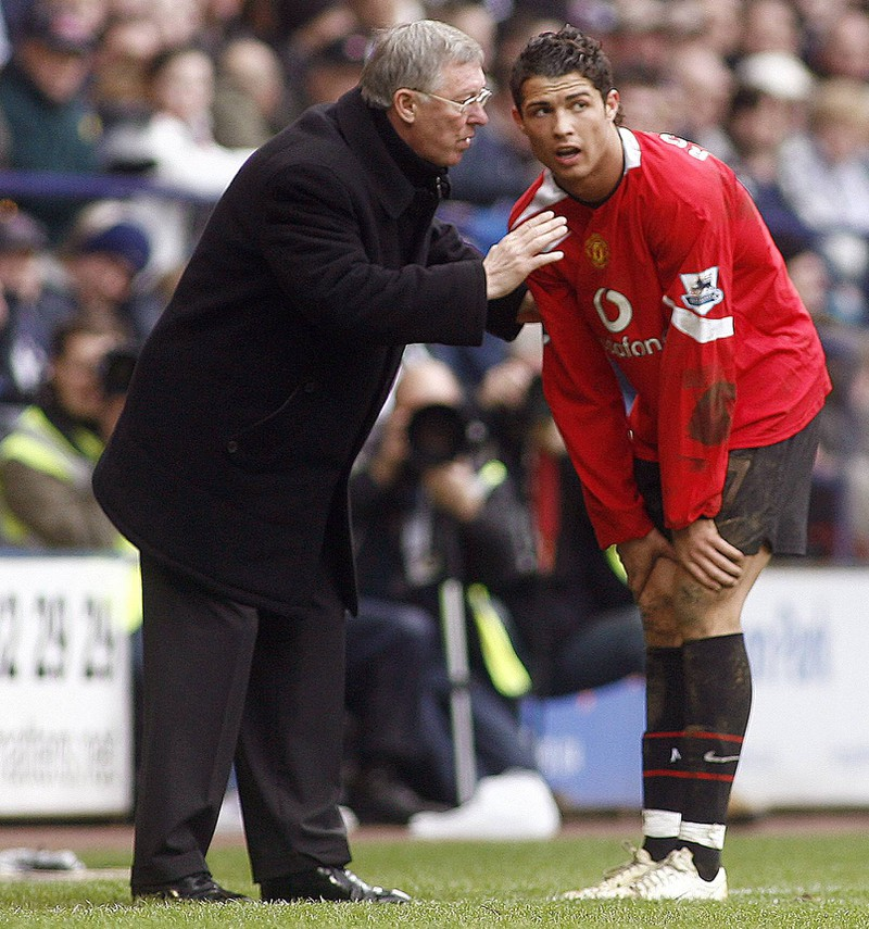 Man erkennt Ronaldo und Sir Alex Ferguson die gemeinsam bei Manchester waren und Ferguson, der die Karriere von Ronaldo maßgeblich prägte