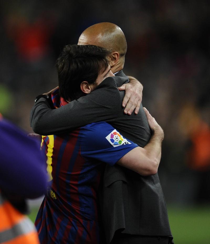 Man erkennt Star-Trainer Pep Guardiola mit Lieblingsspieler Lionel Messi